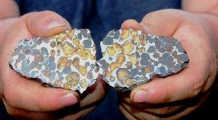 Търсач на метеорити  с металотърсач открива метеорити в Северна Швеция.